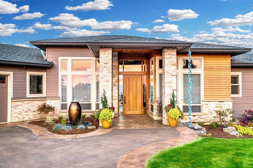 Drewniana czy kamienna elewacja domu – co wybrać?